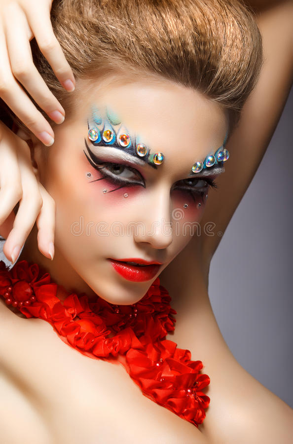 Perfektes Mode-Frauen-Gesicht mit Strass - helles Augen-Make-up. Theater stockfoto