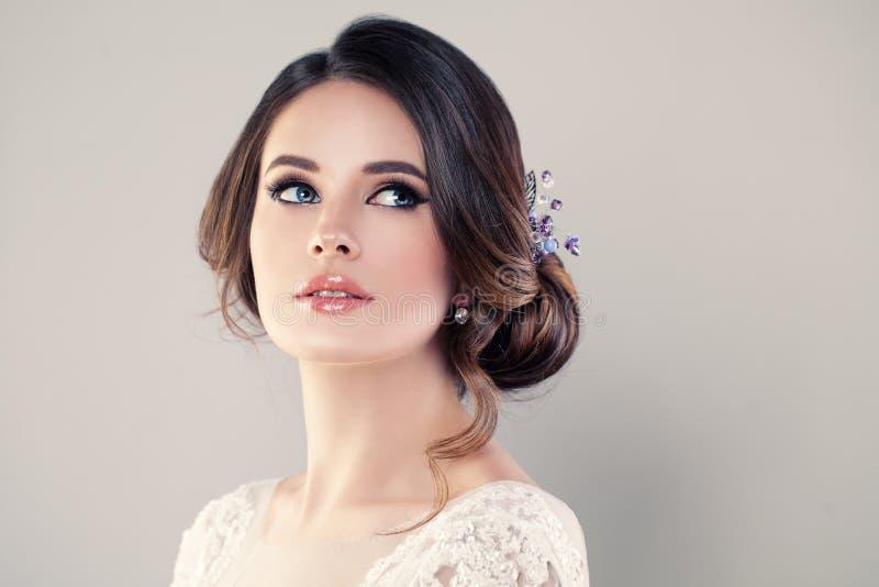 Perfektes Mode-Modell Woman mit schöner Frisur lizenzfreies stockfoto