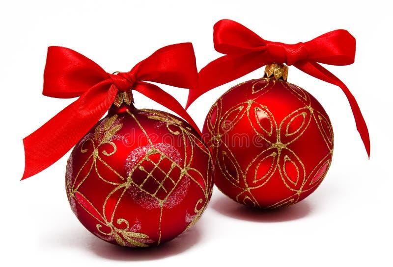 Perfektes rotes Weihnachten-balsl mit dem Band lokalisiert stockbilder