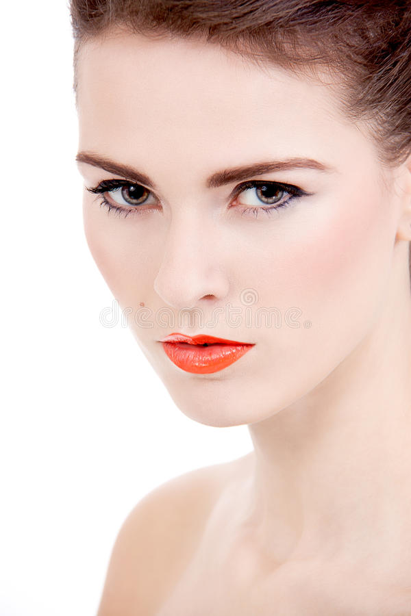 Perfektes Schönheitsfrauengesicht mit den orange Lippen getrennt stockbilder