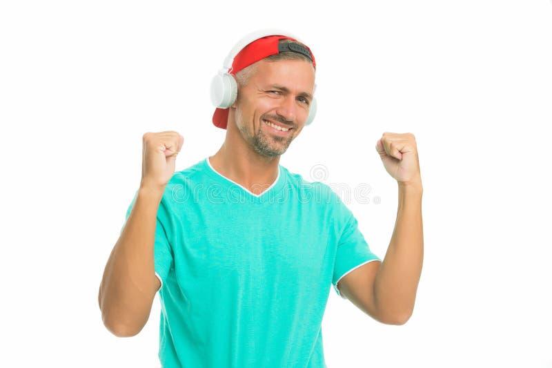 Perfektes Soundkonzept Elektronische Tanzmusik und Hausspuren Guy in Cap hört Stereo-Kopfhörer instrumental lizenzfreies stockfoto