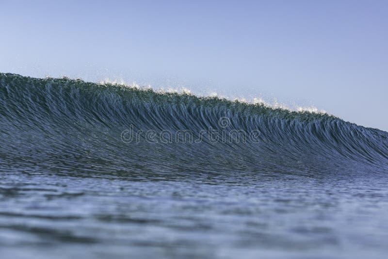 Perfektes Wellenkreuzen kurz vor der Pause stockbild