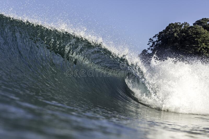 Perfektes Wellenschneiden und Wellenbrechen lizenzfreies stockbild