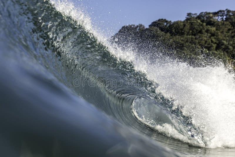 Perfektes Wellenschneiden und Wellenbrechen lizenzfreie stockfotografie