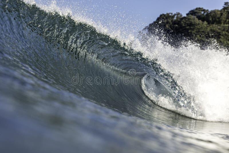 Perfektes Wellenschneiden und Wellenbrechen lizenzfreie stockfotos
