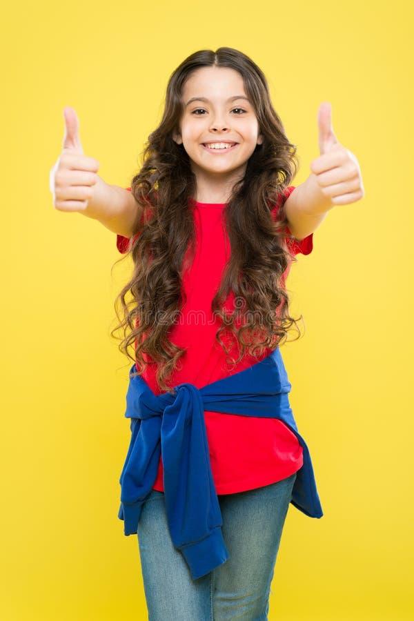 Perfezioni i riccioli Fronte sveglio del bambino con l'acconciatura riccia adorabile La bambina coltiva i capelli lunghi Modello  fotografie stock