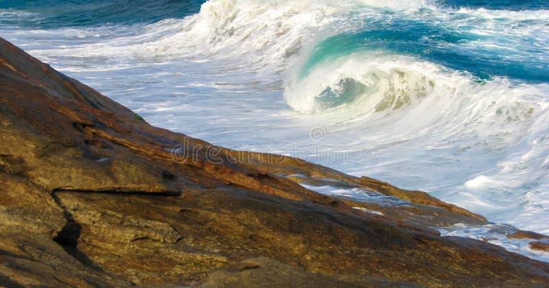 Perfezioni l'onda, Trindade, Paraty Wave che si rompe sulla pietra perfetto fotografia stock