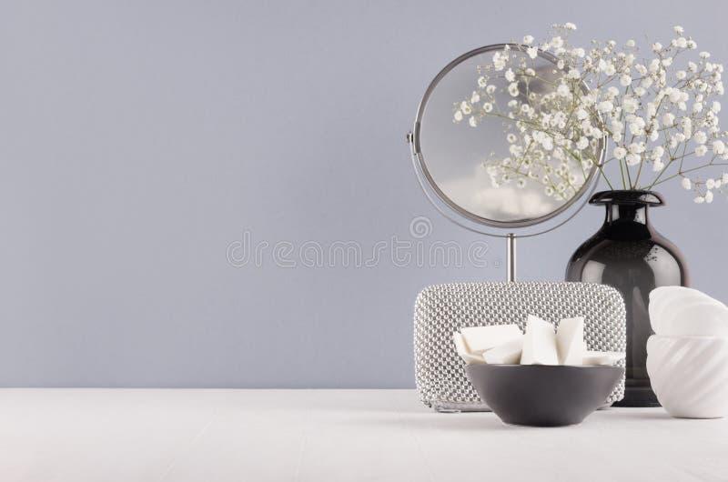 Perfezioni la decorazione alla moda per il vaso di vetro nero di casa con i piccoli fiori, lo specchio, il cosmetico di argento f immagini stock libere da diritti