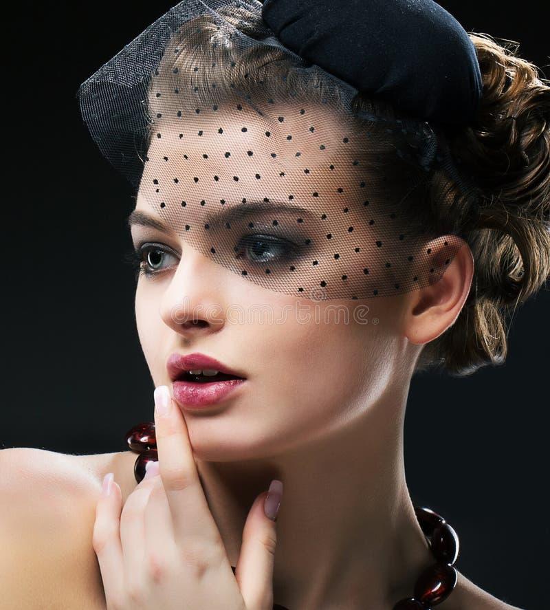 Perfil aristocrático de la mujer diseñada retra romántica en velo y sombrero negros. Vintage fotografía de archivo libre de regalías
