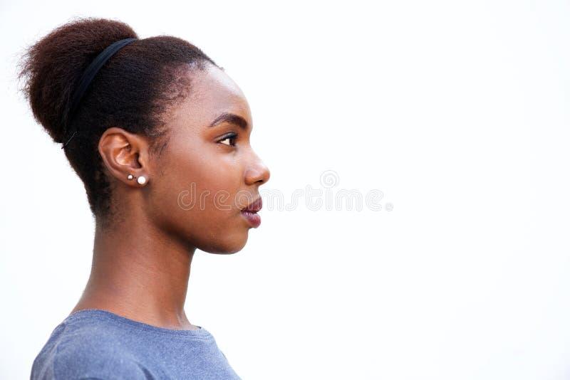 Perfil ascendente cercano de la mujer afroamericana joven hermosa imagenes de archivo