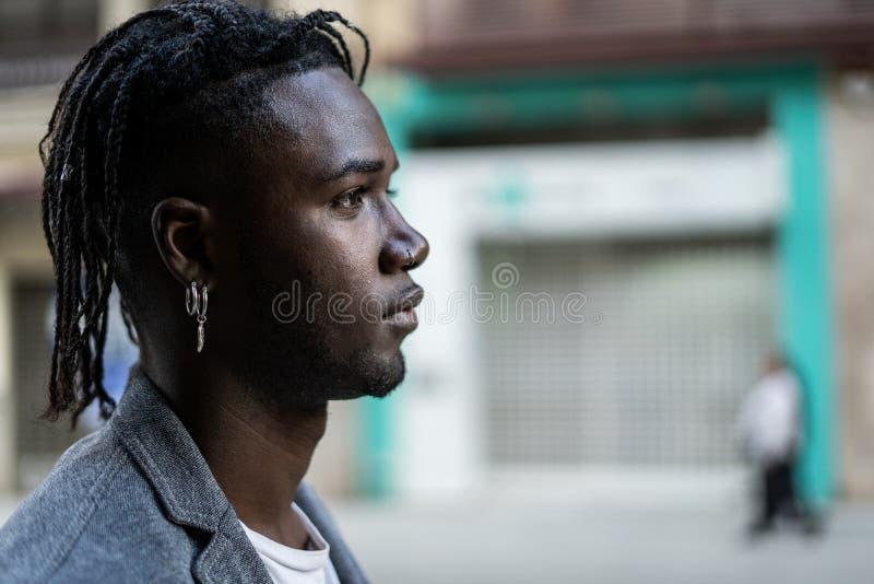 Perfil atrativo de Guy African American do retrato na rua Foto com espa?o da c?pia imagens de stock