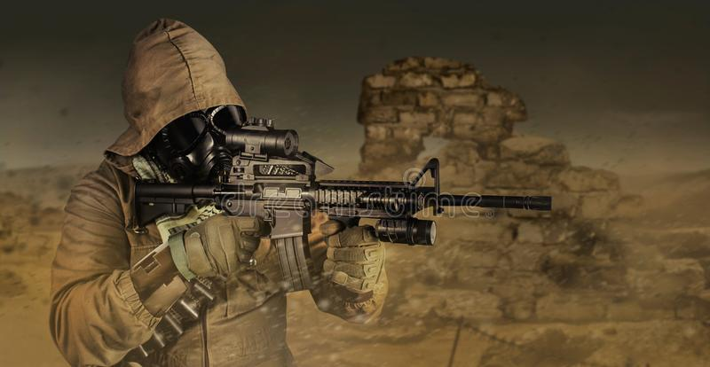 Perfil cargo-apocalíptico do soldado do deserto que aponta a vista fotos de stock