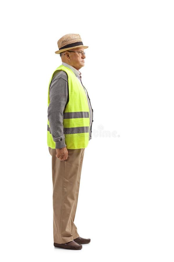 Perfil completo do comprimento disparado de um homem superior com uma posição da veste da segurança imagens de stock royalty free