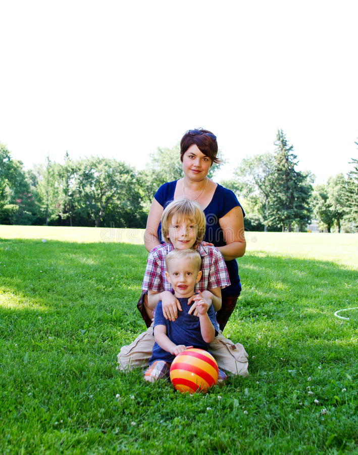 Perfil da mamã e dos dois filhos fotos de stock