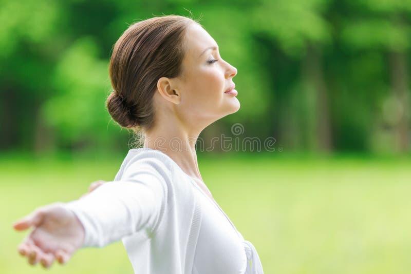 Perfil da menina com braços estendido e os olhos fechados imagens de stock royalty free