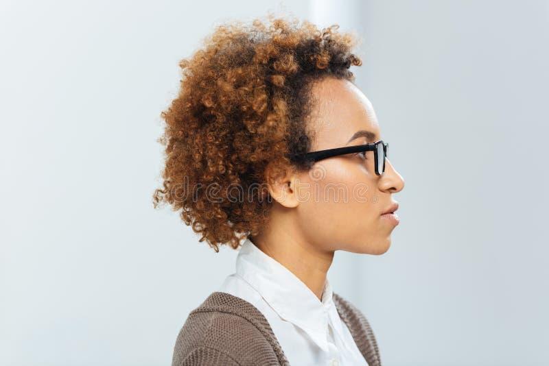Perfil da mulher de negócios afro-americano nos vidros foto de stock royalty free