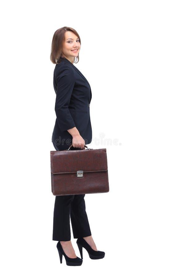 Perfil da mulher de negócios que entrega a mala de viagem, isolado no branco imagens de stock