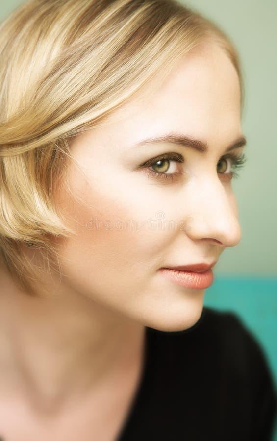 Perfil da mulher loura nova com olhos verdes imagem de stock royalty free