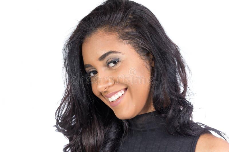 Perfil da mulher preta e sorrindo bonita Weari modelo fêmea fotografia de stock royalty free