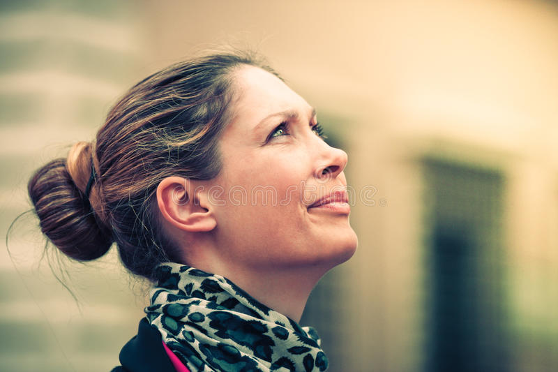 Perfil da mulher que olha acima Expressão natural fotos de stock