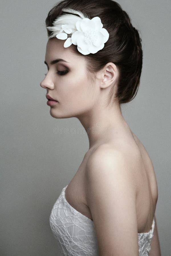 Perfil da noiva bonita com a flor em seu cabelo fotos de stock royalty free