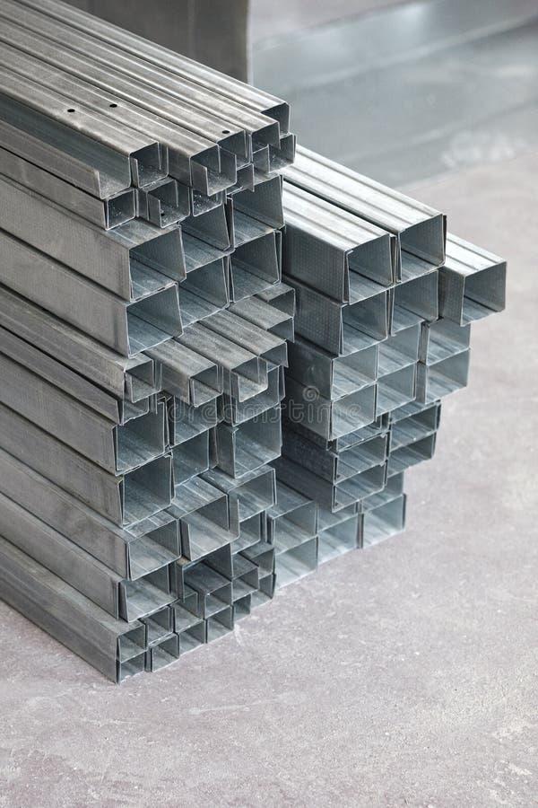 Perfil de alumínio para o drywall no canteiro de obras perfis de aço para o reparo, obras foto de stock