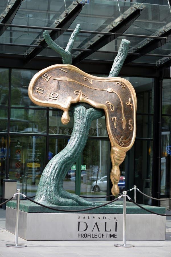 Perfil de la escultura de Salvador Dali del tiempo