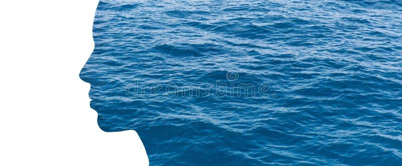 Perfil de la mujer de la exposición doble con agua foto de archivo
