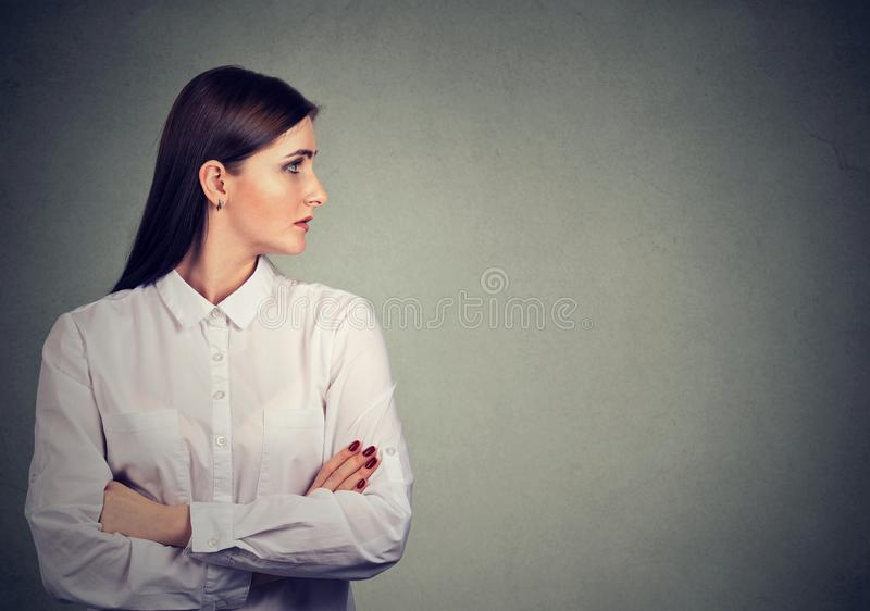 Perfil de la mujer hermosa en la blusa blanca imagenes de archivo