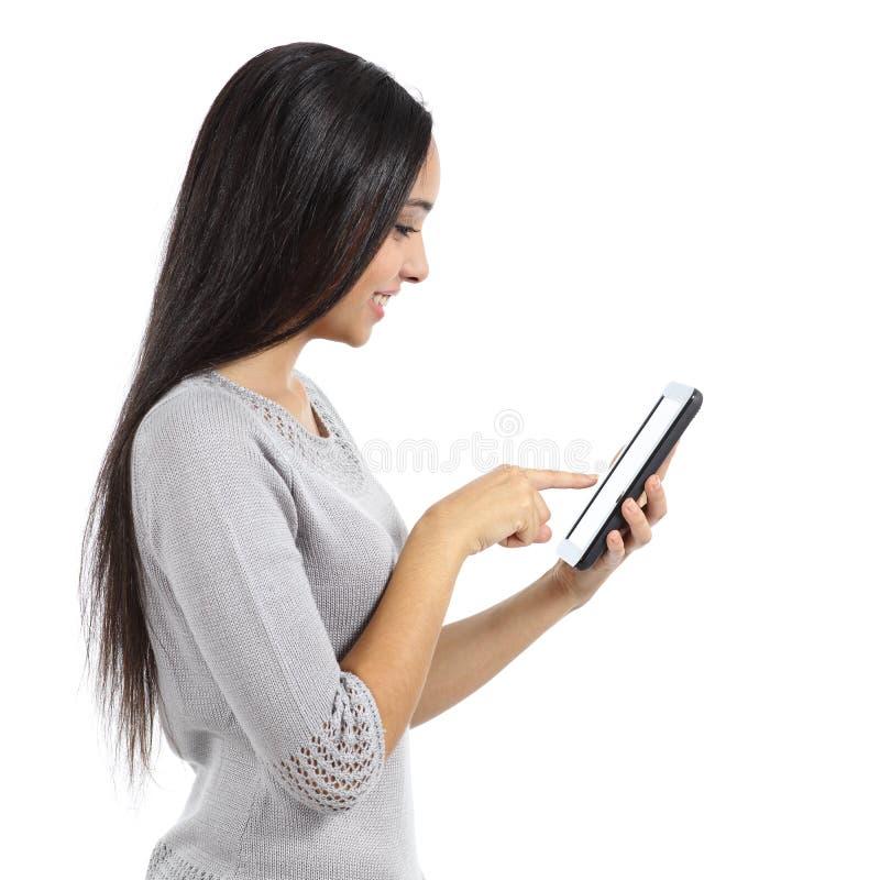 Perfil de um meio bonito da rede da consultação da mulher em uma tabuleta fotos de stock royalty free