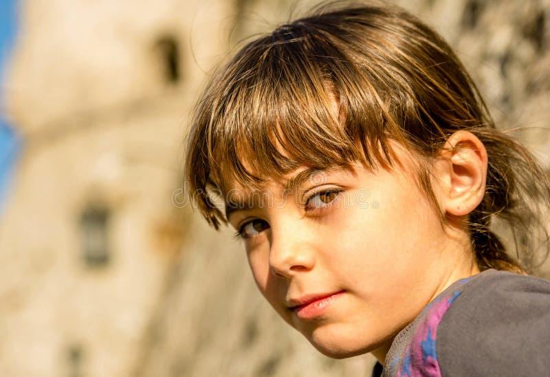 Perfil de um sorriso bonito da menina foto de stock