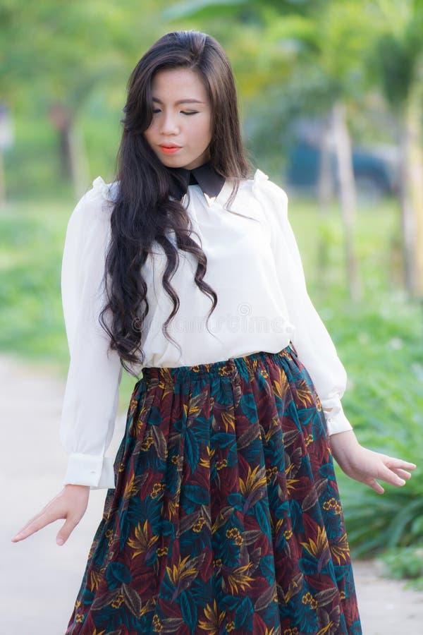 Perfil de uma mulher asiática nova foto de stock