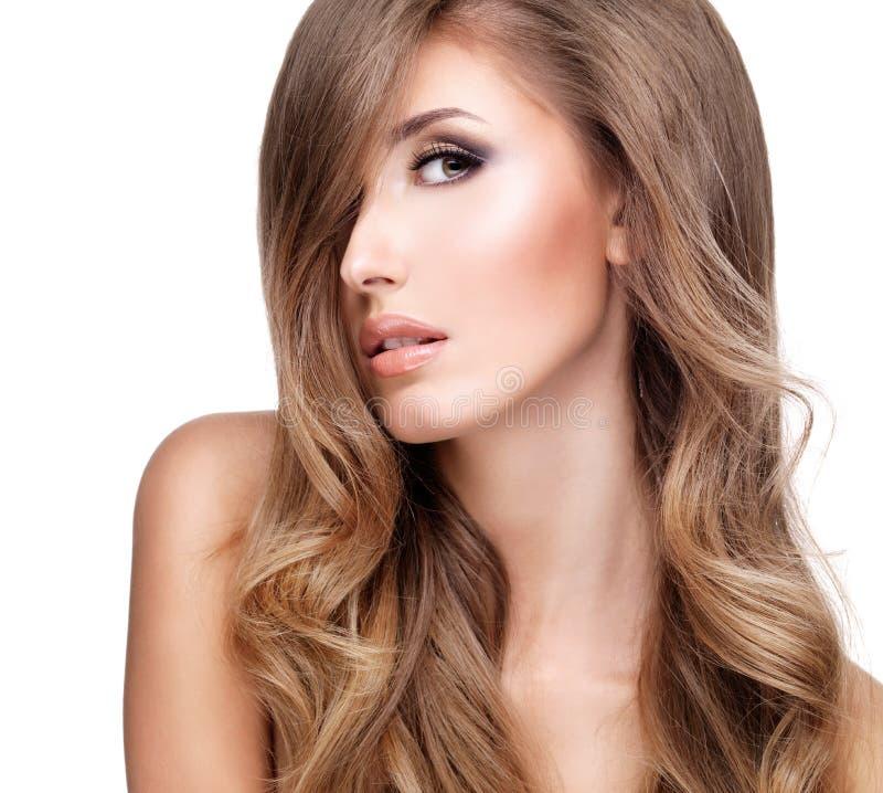 Perfil de uma mulher bonita com cabelo ondulado longo imagens de stock royalty free
