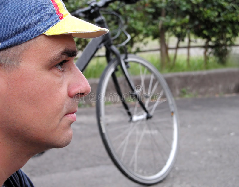 Perfil de un ciclista imagenes de archivo