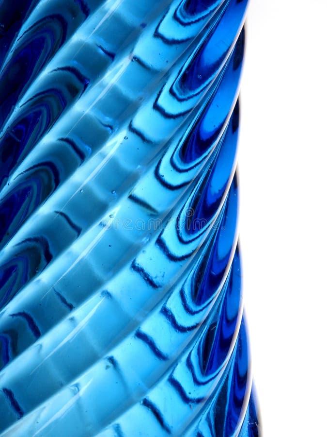 Perfil de un florero de cristal azul