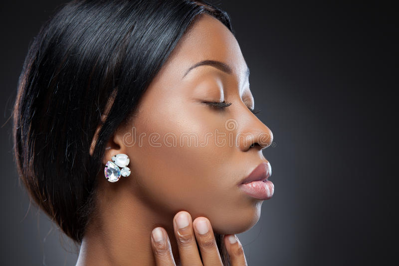 Perfil de una belleza negra joven foto de archivo