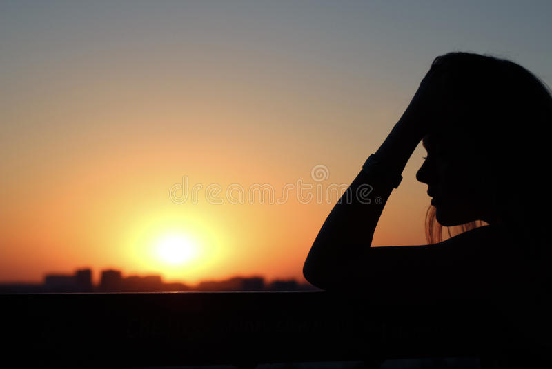 Perfil de una chica joven hermosa en meditaciones y reflexiones fotografía de archivo libre de regalías