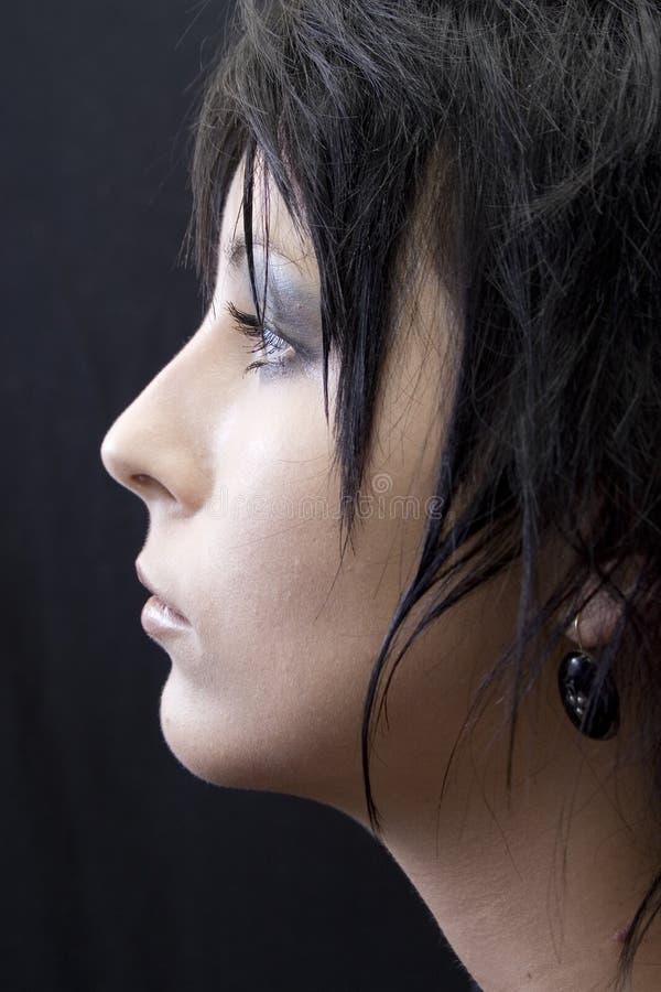 Perfil de una mujer joven foto de archivo