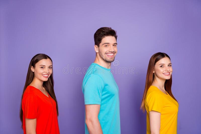 Perfil de vista lateral de bello y encantador contenido bonito y alegre tipos alegres con colorido y brillante imagen de archivo