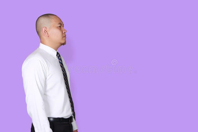 Perfil del hombre de negocios, gesto de pensamiento de la vista lateral foto de archivo