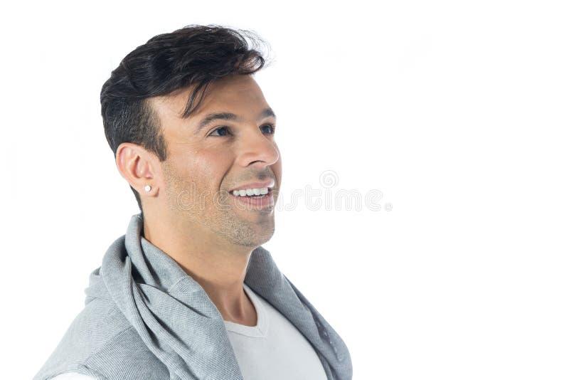 Perfil del hombre que mira y que sonríe Neutr que lleva masculino brasileño fotografía de archivo libre de regalías