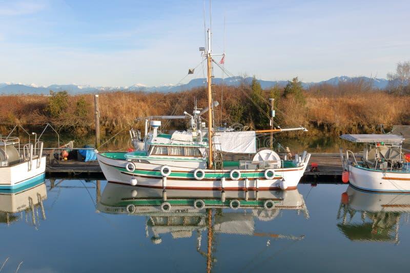 Perfil del pequeño barco de pesca fotos de archivo