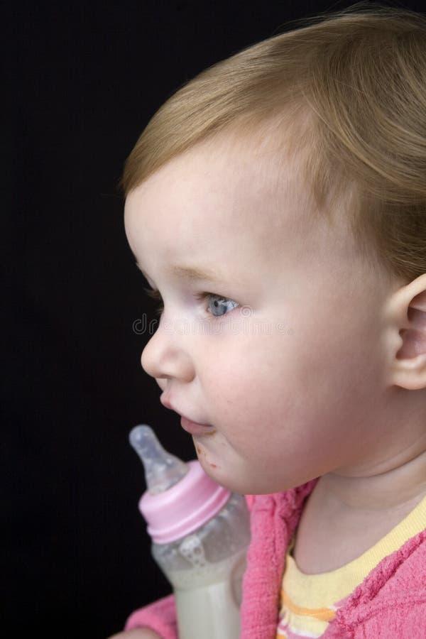 Perfil do bebê com frasco foto de stock