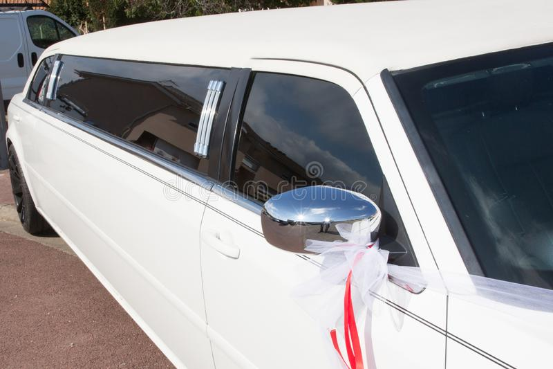 Perfil do carro alugado branco da limusina do casamento foto de stock