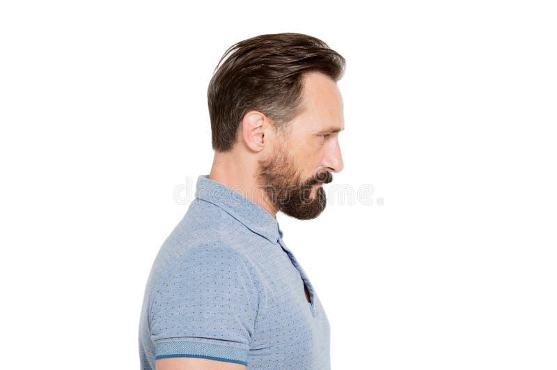 Perfil do homem farpado sério contra o fundo branco imagem de stock