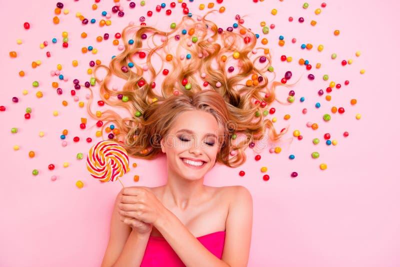 Perfil do lado vertical acima do alto ângulo vista foto dela deitada no chão doces cabelo ideal chocolate colorido fotos de stock