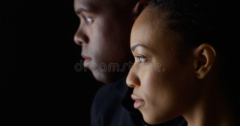 Perfil dramático de dos personas negras jovenes foto de archivo