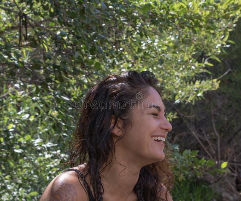 Perfil feliz, rindo de uma mulher mexicana latino-americano de América do espanhol atrativo na natureza imagem de stock