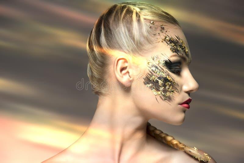 Perfil femenino con maquillaje extraño imágenes de archivo libres de regalías