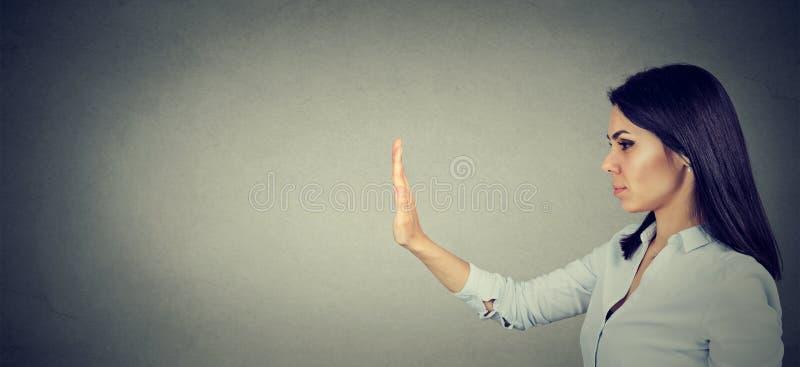 Perfil lateral de la mujer con gesto de mano de la parada foto de archivo libre de regalías